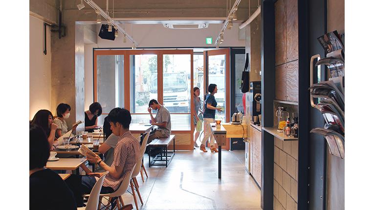 das iki café von innen mit gästen