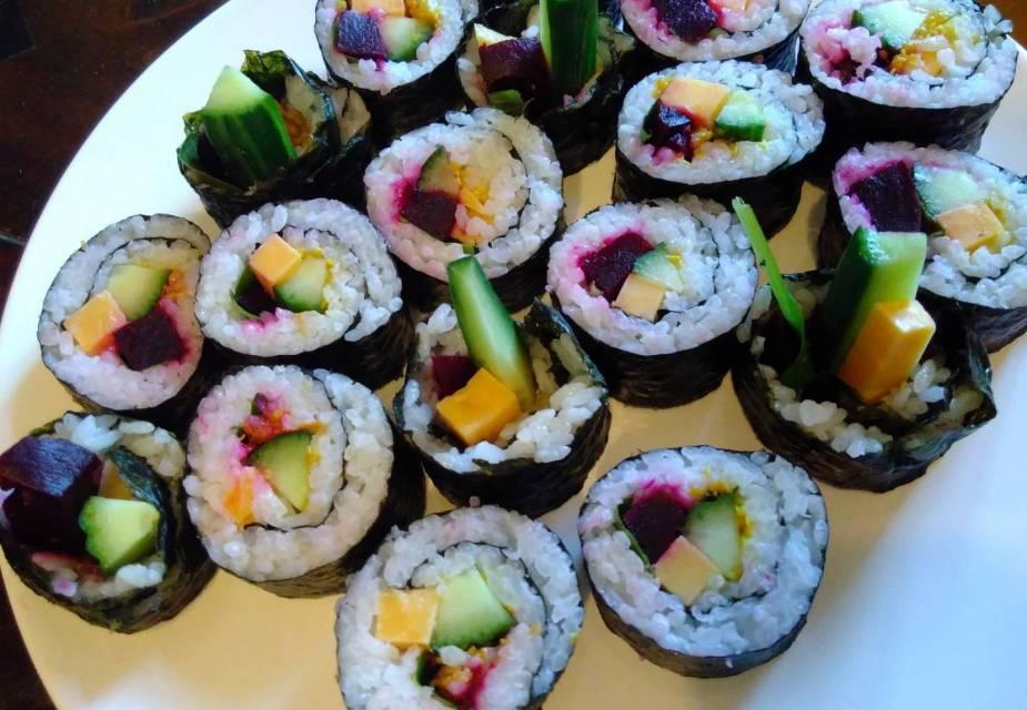 Maki.-Sushi mit Roter Bete und Käse