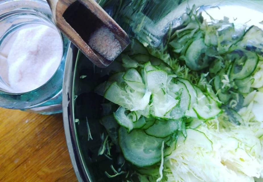 Gemüse mit Salz und Zucker vermengen
