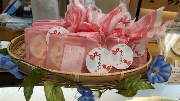 In Stofftücher verpackte Geschenkchen