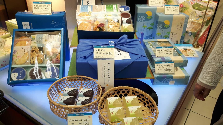 als Geschenk verpackte Produkte in einem japanischen Laden