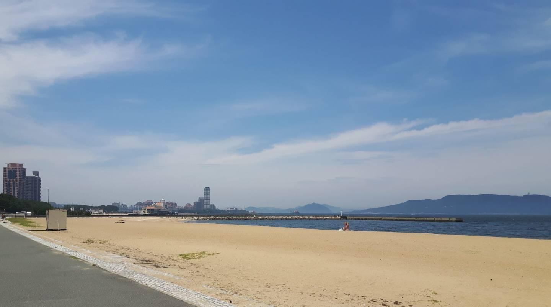 Menschenleere Strände sind in Japan auch noch Anfang Juli zu finden, hier am Momochi Strand in Fukuoka. © Elisa Röhr