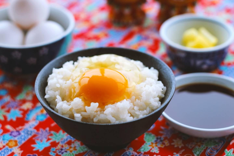 Eine Schale weißer Reis mit einem rohen Ei