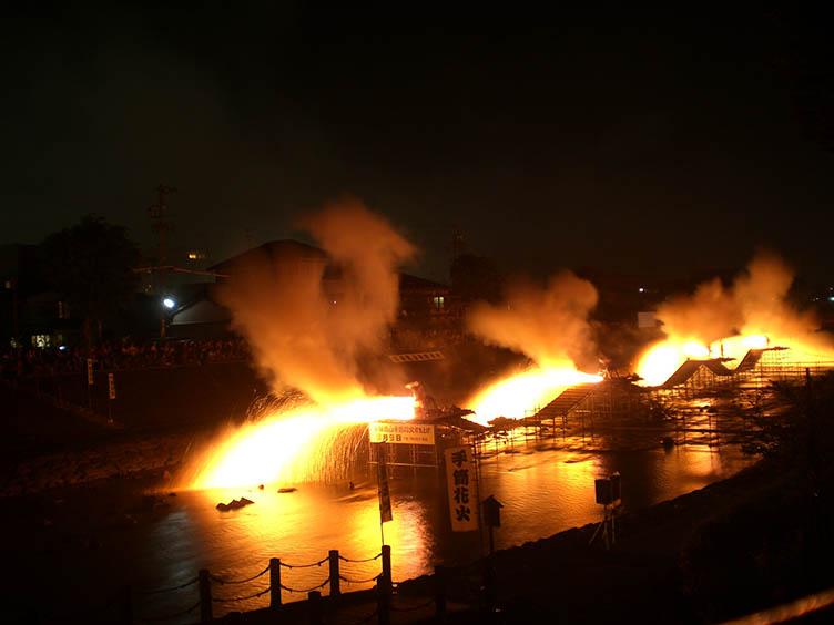 Das Hida Takayama Tezutsu Hanabi ist ein ganz besonderes Feuerwerkfestival.
