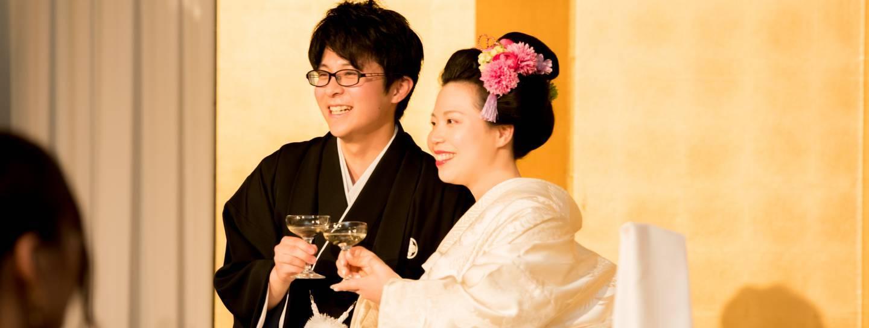 Traditionell gekleidetes Brautpaar bei einer japanischen Hochzeit.