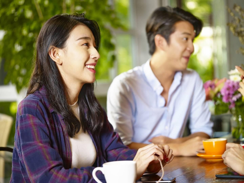 ein japanisches Paar im Gespräch