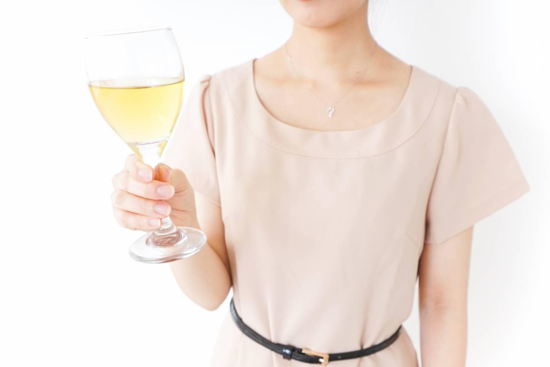 Als Hochzeitsgast sollten Sie stets darauf achten, die Blicke nicht auf sich zu ziehen. Zu grelle Farben und freizügige Kleider sind ein No-Go!