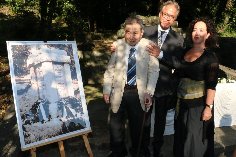 Nachfahren der deutschen Kriegsgefangenen trafen vor dem Gedenkstein der deutschen Soldaten in Bandō auf den Sohn von Takahashi Harue.