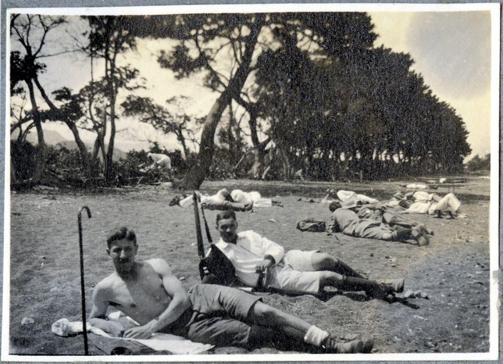 Gefangene posieren bei einem Ausflug an den Strand.