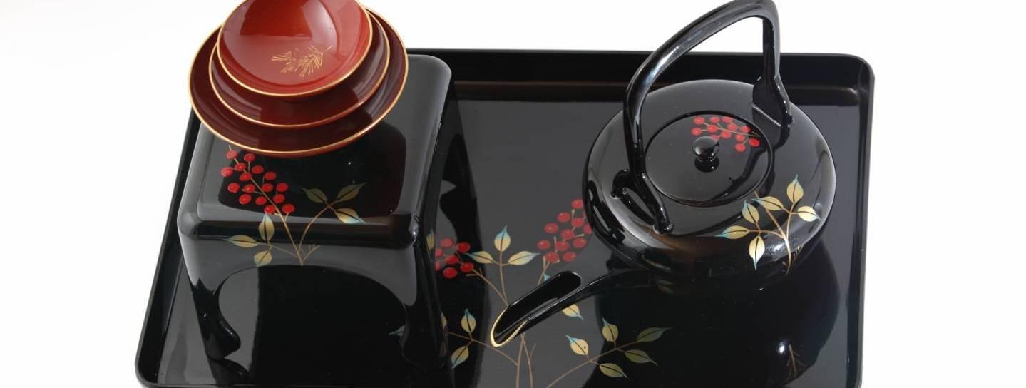 Ein Tablett mit japanischem Teegeschirr
