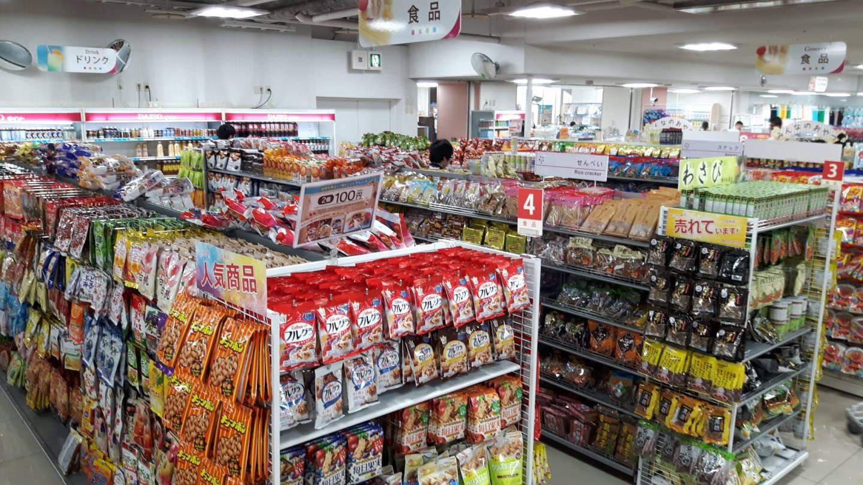 Süßes, Salziges und Fertiggerichte sind ein Muss im japanischen Schnäppchenmarkt.