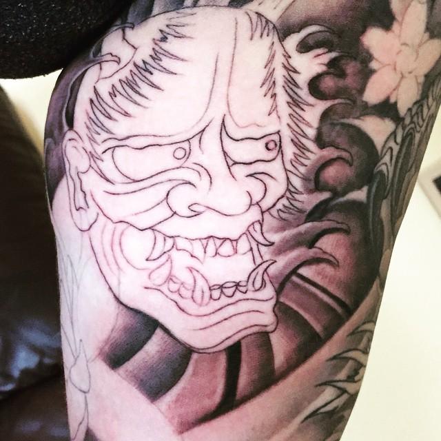 Unfertiges Tattoo eines japanischen Dämons in Schwarz