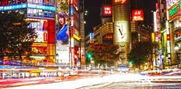 Hier wird die Nacht zum Tag: Die berühmte Kreuzung in Shibuya mit ihren strahlenden Lichtern.