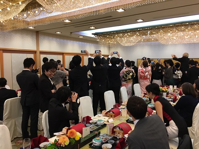 Gäste auf einem Hochzeitsempfang in Japan