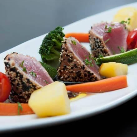 Thunfisch-Steak im Sesammantel mit Gemüse