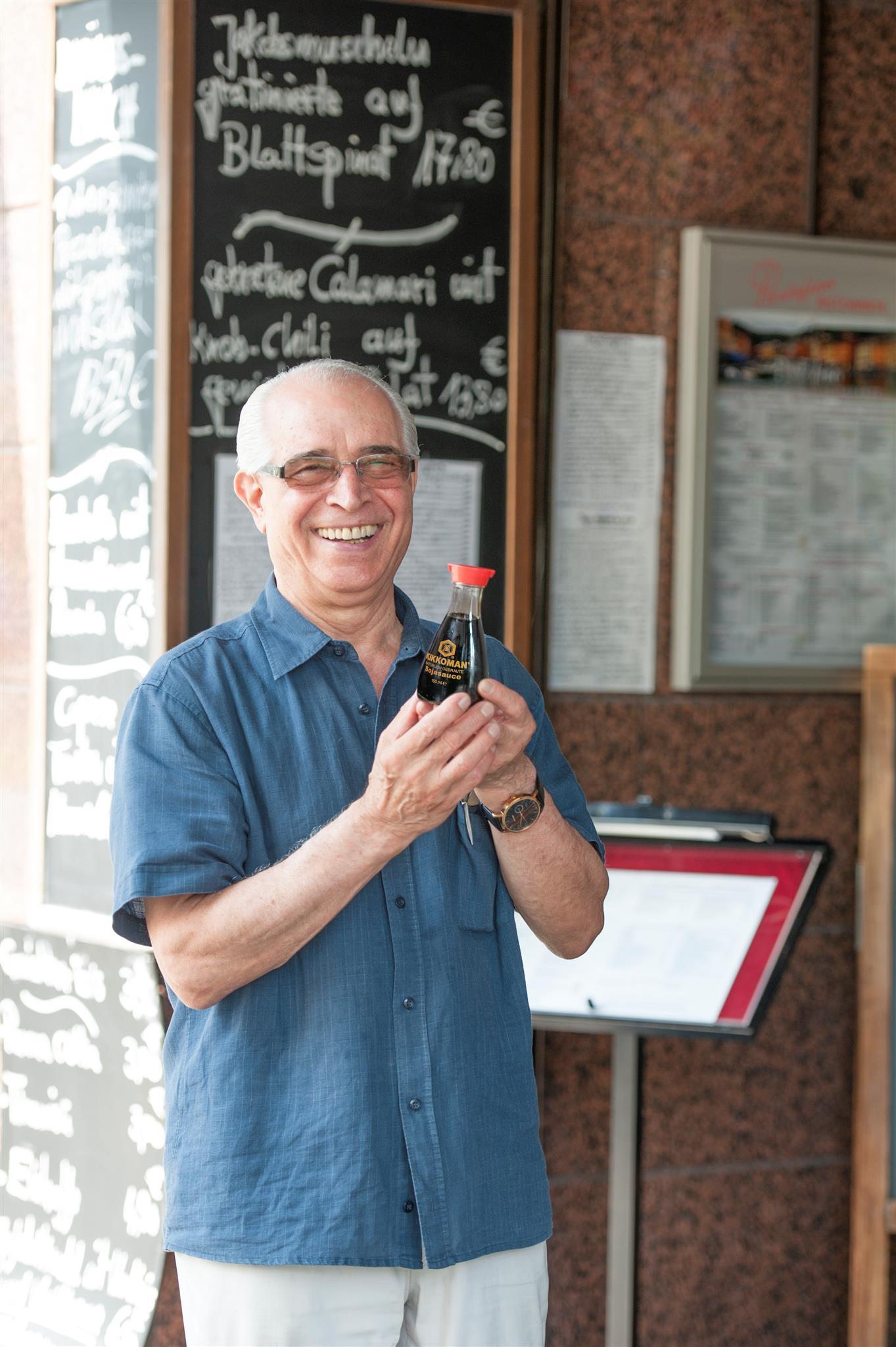 """Restaurantchef Luigi Olivadoti schwört auf die """"ganz besondere Würze"""" der Sojasauce."""