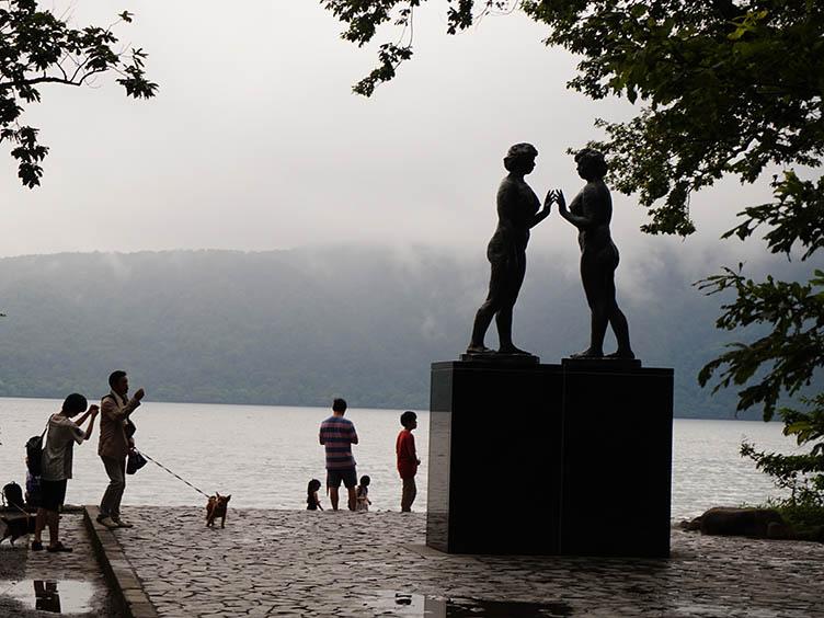 Die Statue der Mädchen befindet sich direkt am Ufer des Sees Towada.
