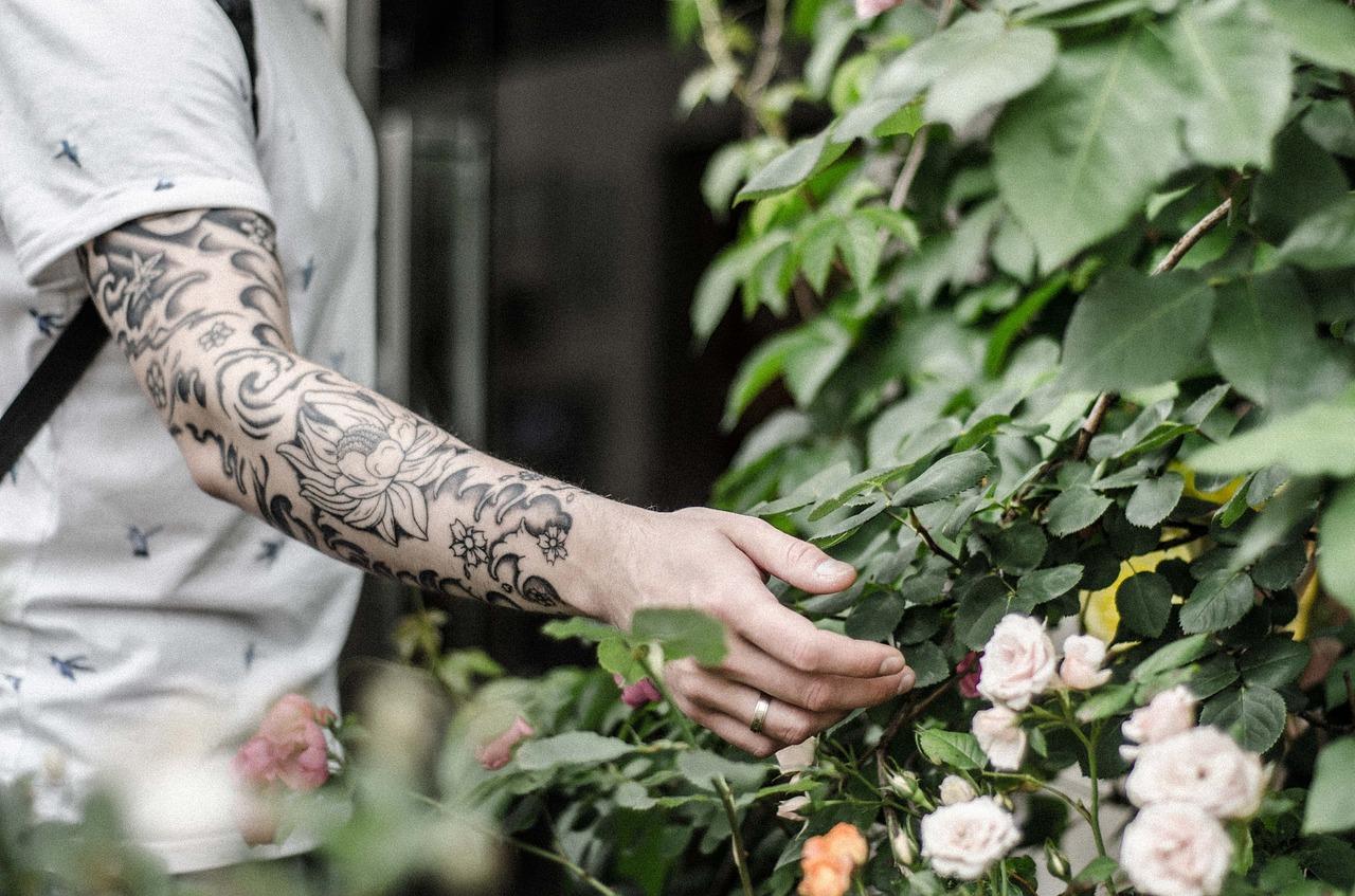 Schwarz-weißes Tattoo Design auf Unterarm