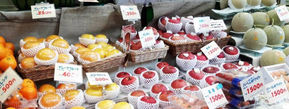 Eine Auswahl an Obst in einem japanischen Supermarkt
