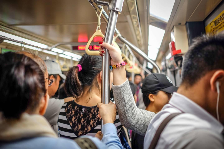 Bei einem richtig vollen Zug ist Festhalten gar nicht mehr erforderlich. Wo kein Raum zum Fallen ist…
