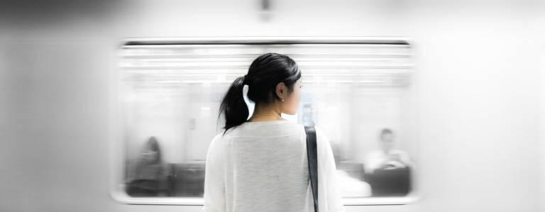 Wer in Tōkyō pendelt, lernt das Bahnfahren zu verschiedenen Tageszeiten kennen und wird eins mit dem täglichen Menschenstrom.