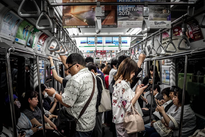 Absolute Ruhe: Die Menschen sind vertieft in ihre Telefone oder schlafen noch ein wenig.