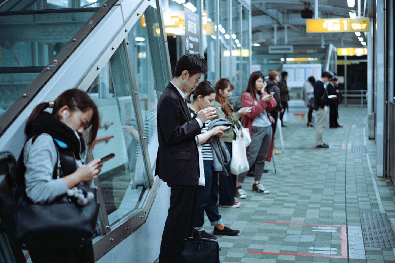 Dank der intelligenten Markierungen auf dem Boden weiß der japanische Pendler immer genau, wo die Türen zum Stehen kommen.