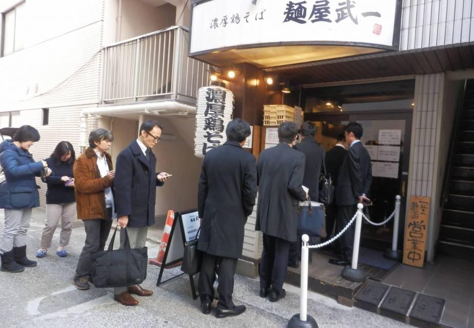menschenschlange vor ramen restaurant