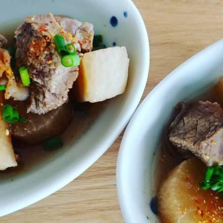 Gekochtes Rindfleisch mit Rettich