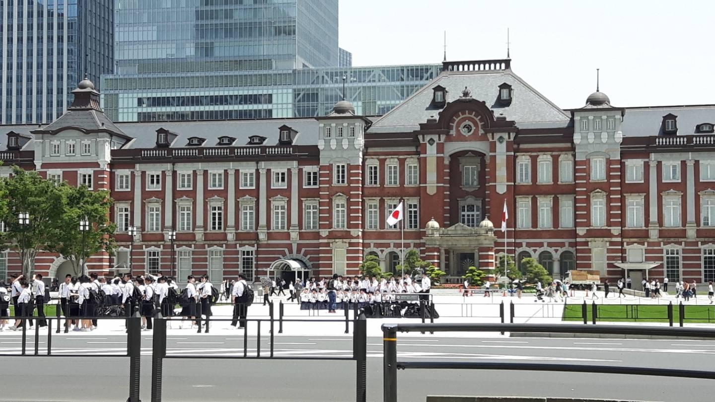 Schulfotos vor Hauptbahnhof tokyo