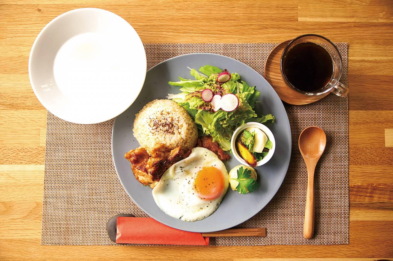 Teller mit Spiegelei und Salat