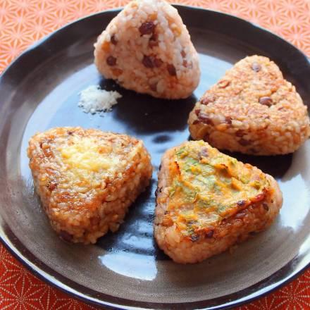 Gebraten Onigiri aus bunt gemischtem Reis