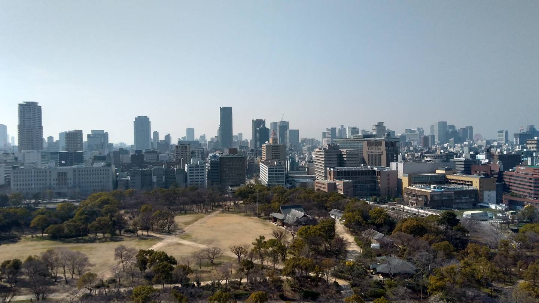 Blick auf den Burgpark der Burg Ōsaka