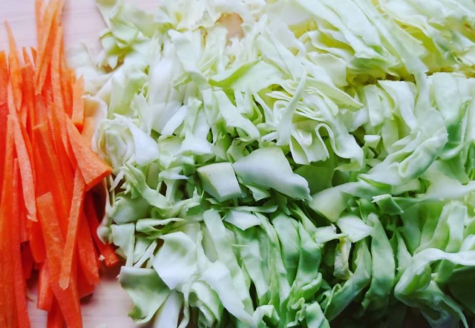 In feine Streifen geschnittenes Gemüse