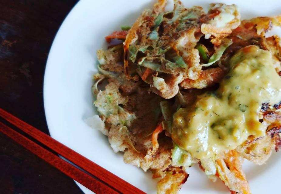 Gemüse-Pfannkuchen mit Miso-Mayonnaise-Dip