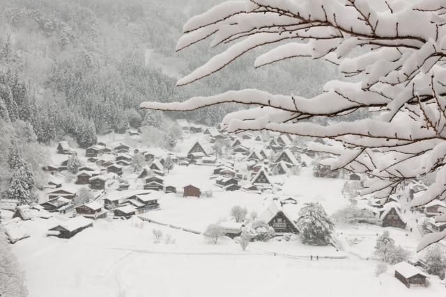 Das verschneite Dorf Shirakawa-gō
