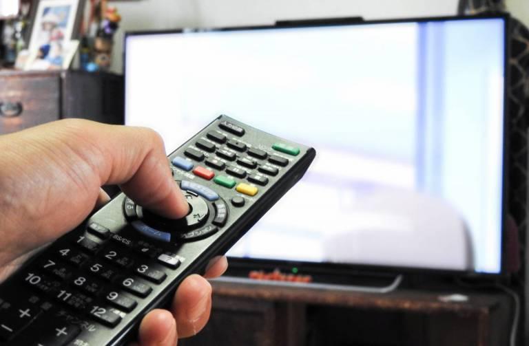 Fernbedienung zeigt auf den fernseher