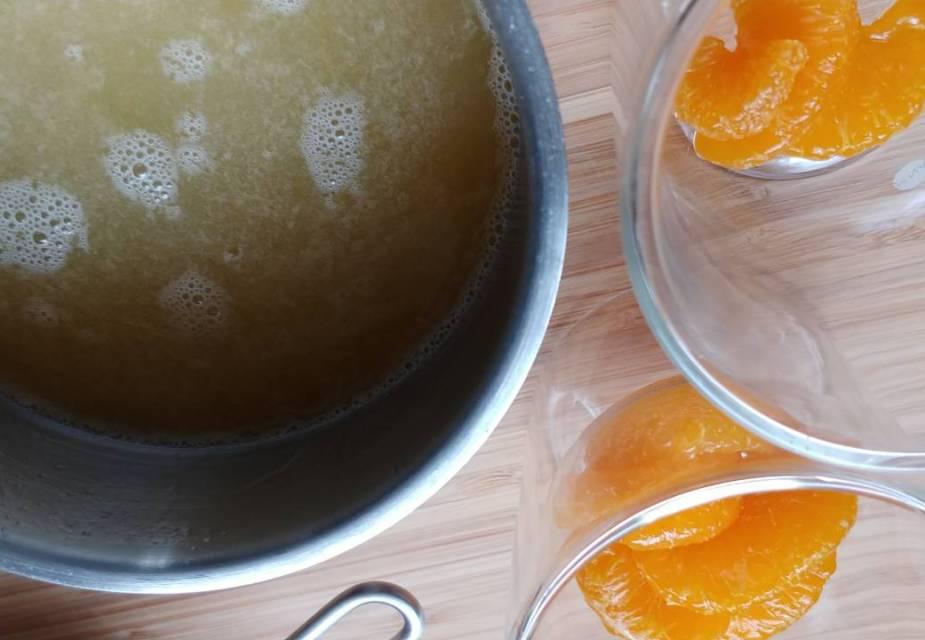 Zucker, Orangensaft und Sirup dazugeben