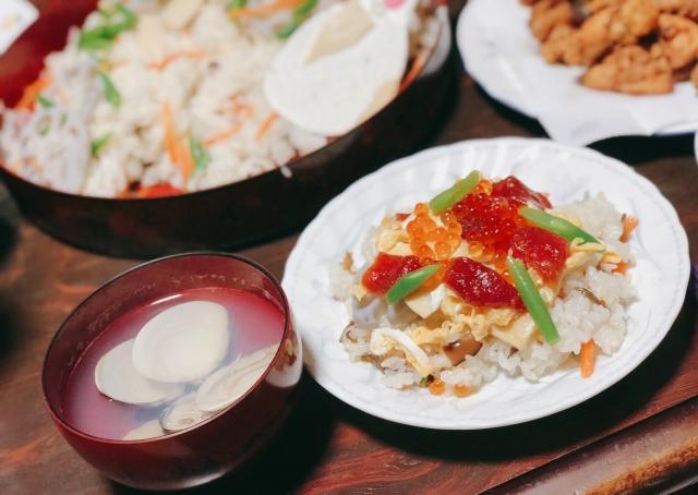 Chirashizushi und Muschelsuppe