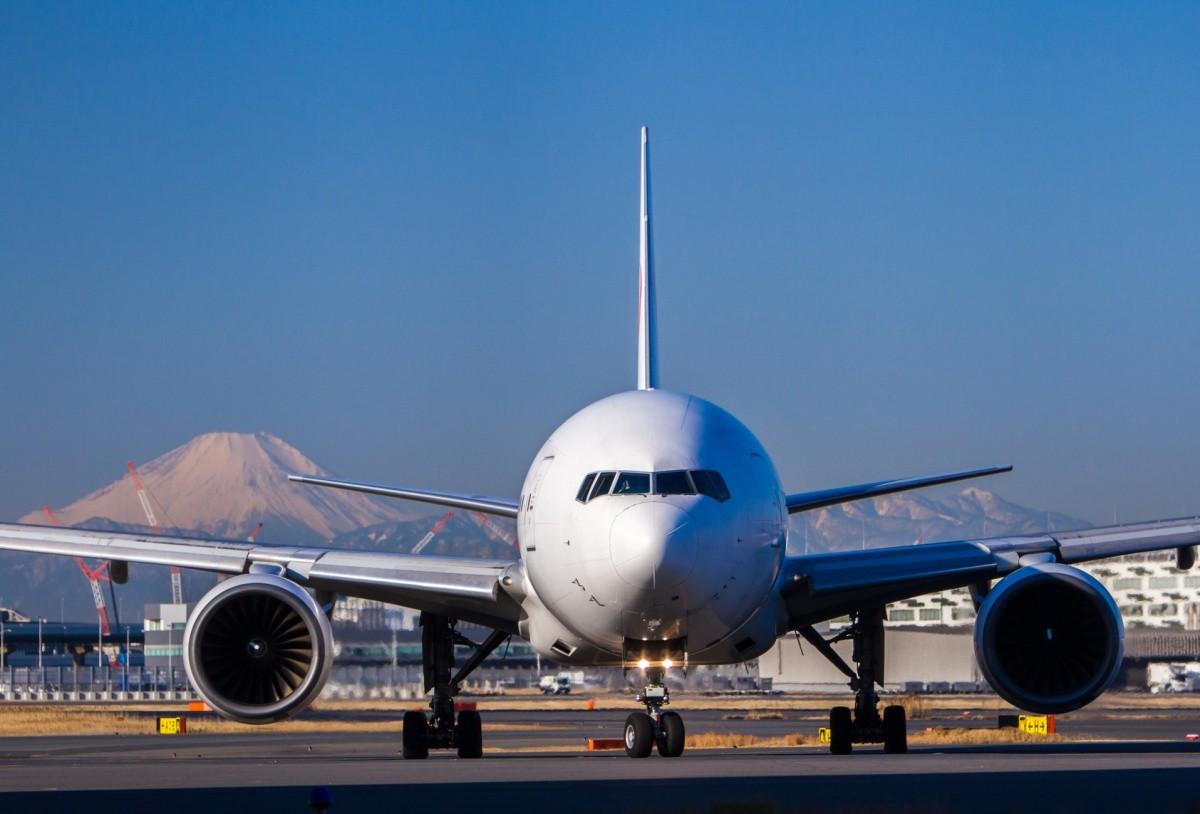 Frontalansicht eines Flugzeugs auf der Lande- / Startbahn
