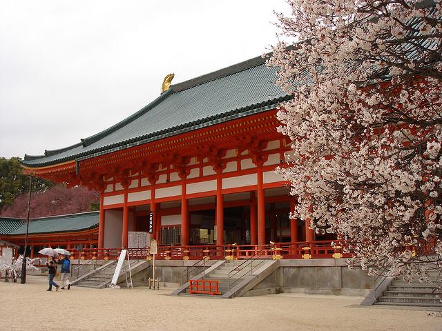 Der Schrein Heian-jingū mit Kirschblüten