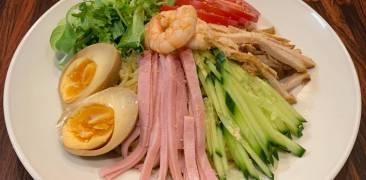 Hiyashi Chuka auf einem Teller angerichtet