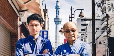 Zwei japanische Arbeiter im Blaumann mit verschränkten Armen