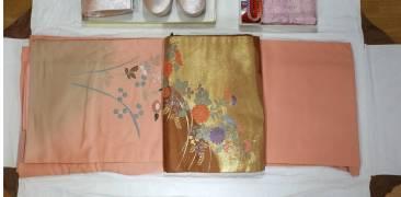 zusammengefalteter Kimono mit Obi