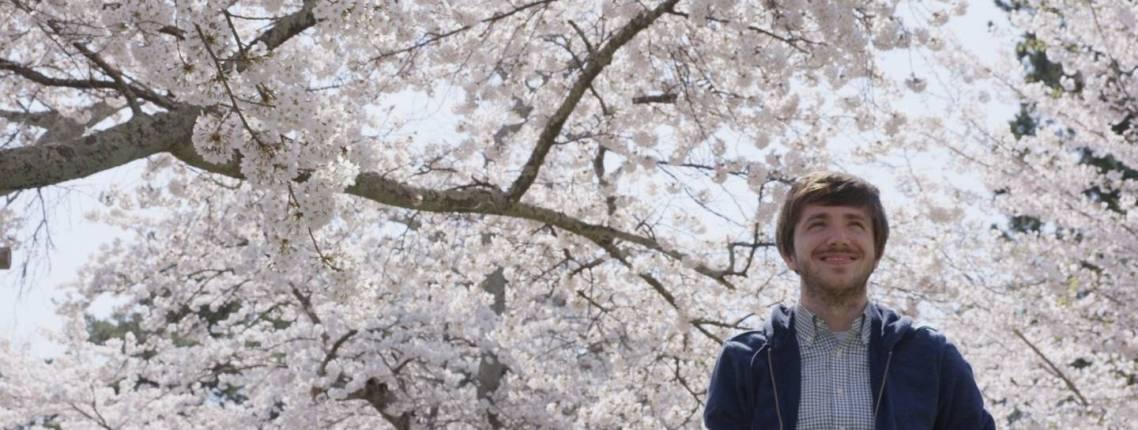 Der Autor dieses Textes mit Kirschblüten im Hintergrund.