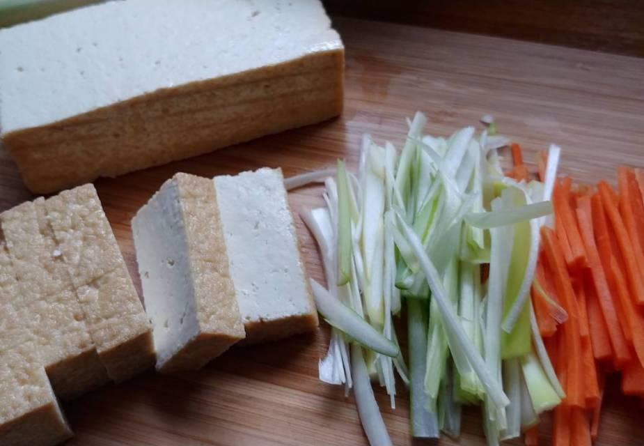 Zutaten für das Tofu-Gemüse-Gericht