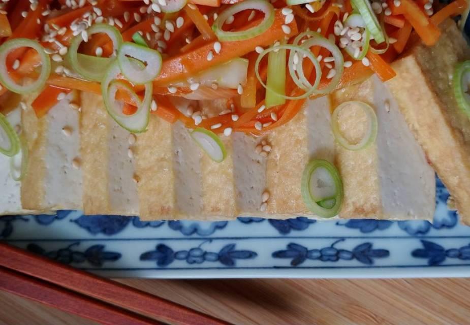 Frittierter Tofu mit gebratenem Gemüse, fertig serviert.