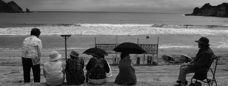 Schwarz Weiß Foto Japaner am Strand
