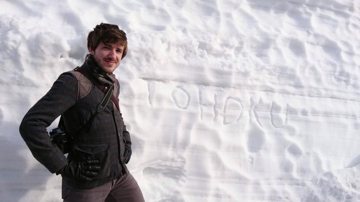 Der Autor dieses Textes vor einer Schneewand in Tohoku.