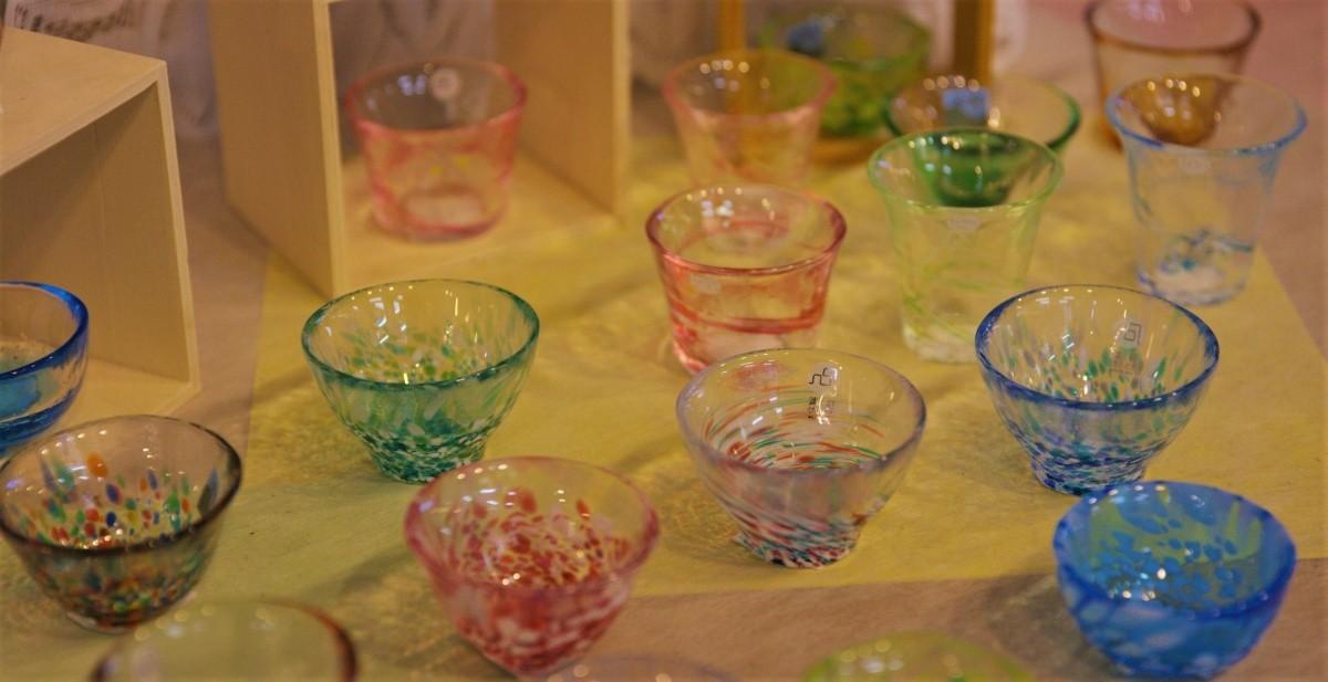 Mundgeblasene Sakebecher aus Glas.